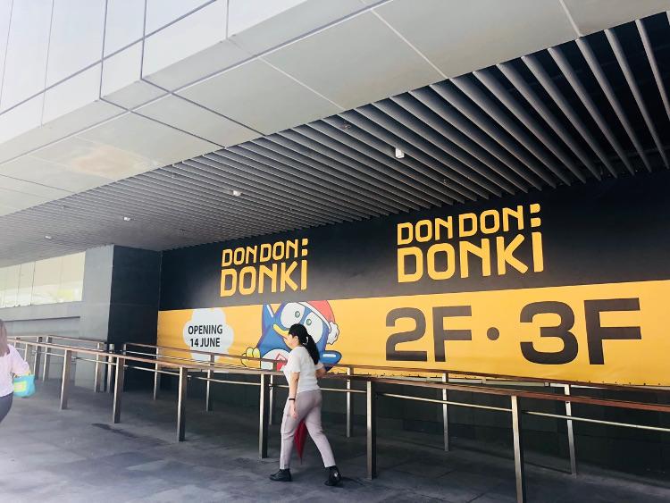 シンガポール100AMの外壁のドンキホーテのポスター